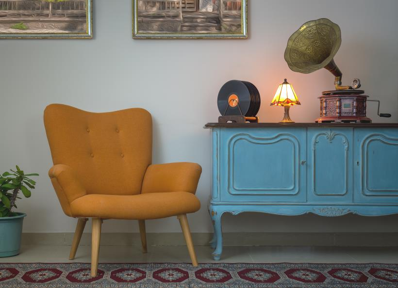 Examples of retro decor including a gramophone
