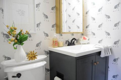 Cheap and easy ways to decorate your boring bathroom for Simple cheap bathroom designs
