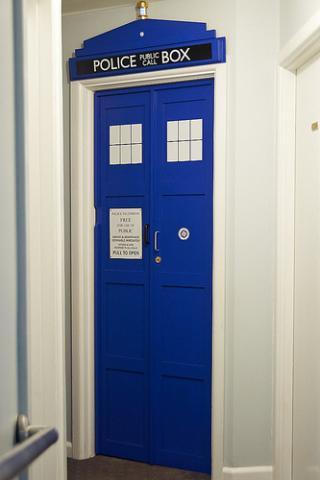 tardis bedroom door how to personalise your child 39 s bedroom door